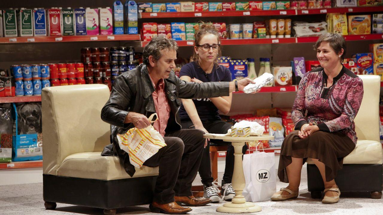 La actriz estadounidense Gina Gershon posa en la alfombra roja donostiarra en la presentación este viernes del filme de Woody Allen «Rifkin's Festival»