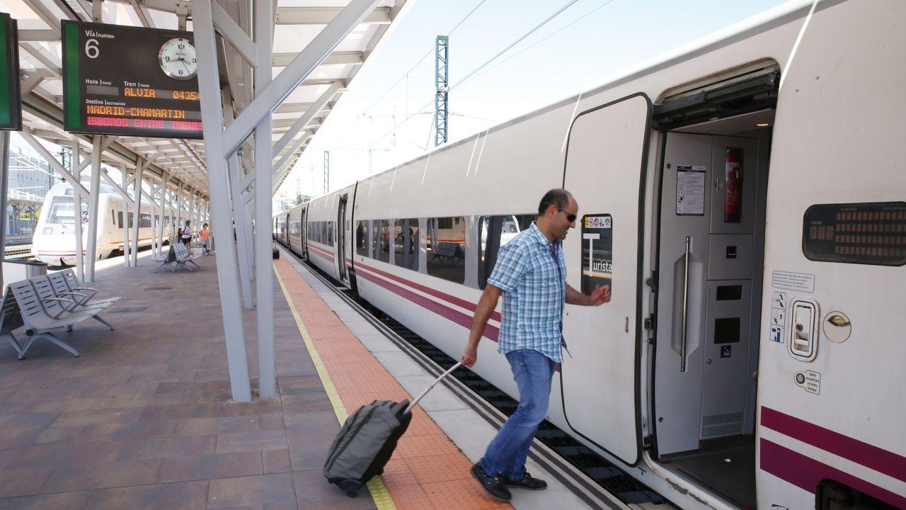 Las secuelas de la tormenta en el sur de Lugo.Viajeros tomando en Pontevedra el tren Alvia hacia Madrid