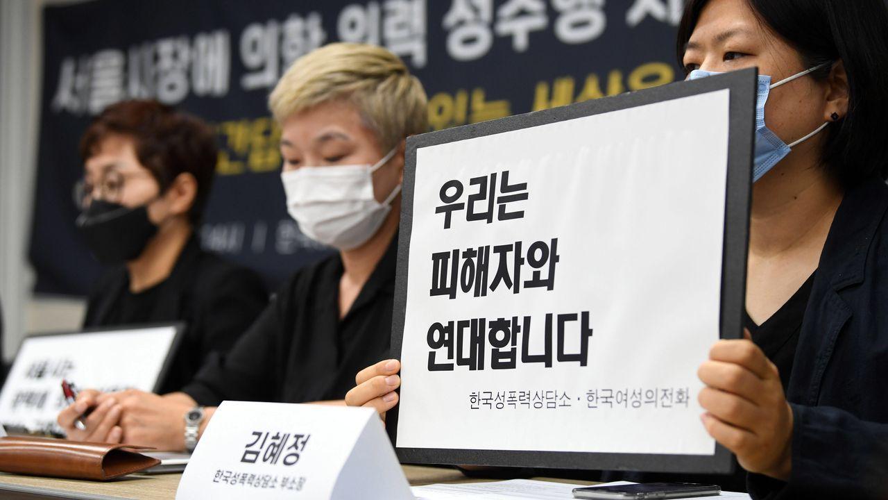 A la derecha, Kim Hye-jeong, representante del Centro de Ayuda contra la Violencia Sexual de Corea, durante la comparecencia de apoyo a la trabajadora que denunció al alcalde de Seúl