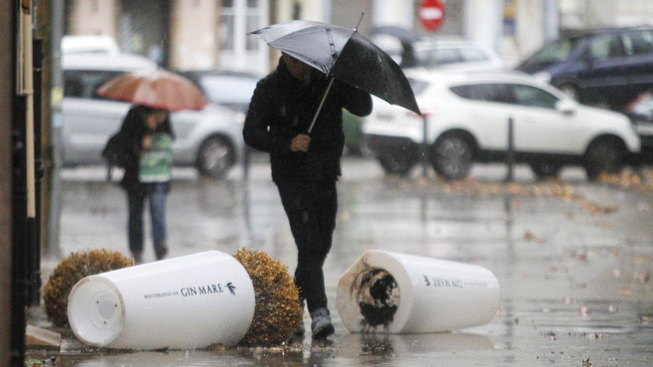 El fuerte viento de esta mañana tiró al suelo los maceteros de un restaurante en el Cantón