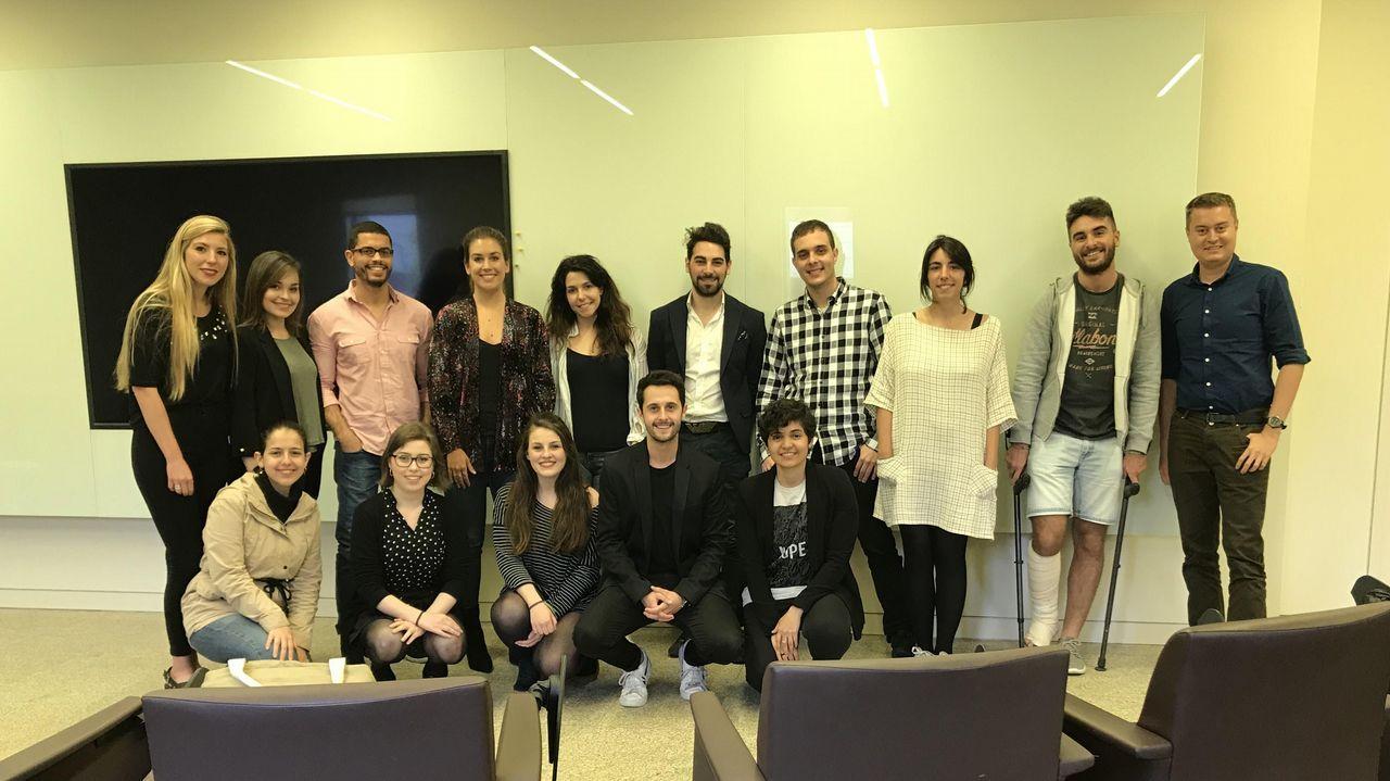 La sorpresa de la conselleira a los niños de Cervantes.Los alumnos del MPXA junto a responsables de la Fundación Amancio Ortega y del Máster durante su visita a las instalaciones de Inditex