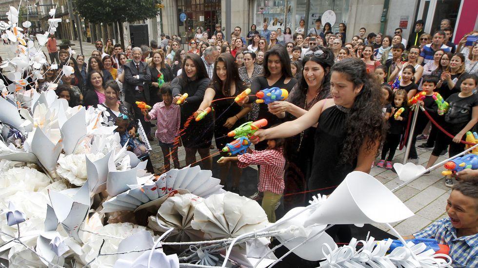 Performance de Lita Cabellut en Vilagarcía.Familia Trump