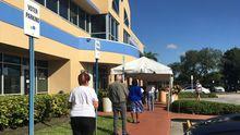 Una fila de votantes esperaban este viernes turno para depositar su  anticipado en la sede del Departamento de Elecciones del Condado de Miami-Dade