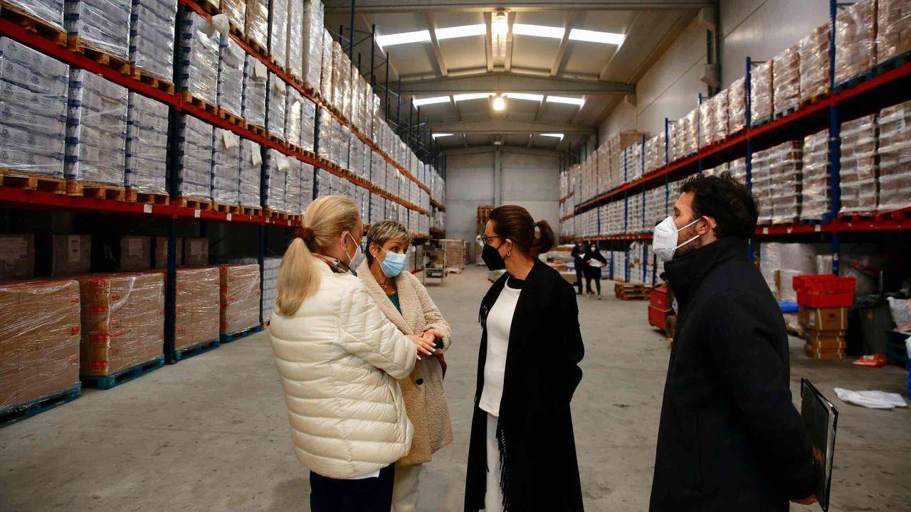 Las 268 toneladas de alimentos fueron entregados en la nave de Cruz Roja en Barro