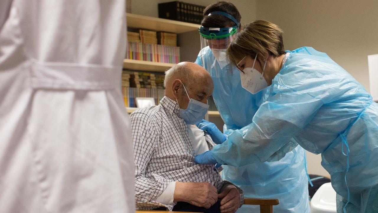 Avelino, a sus 96 años, uno de los primeros que recibió en Lugo la vacuna contra el coronavirus.La Praza Maior, casi vacia el día de Año Nuevo