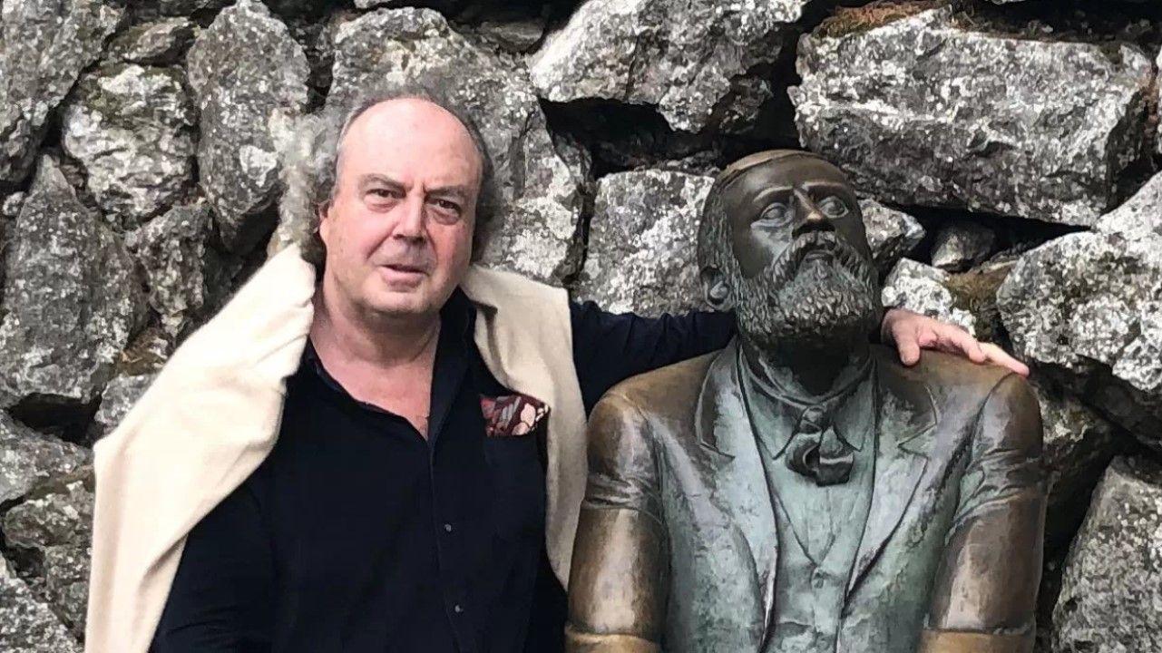 Xavier Güell posa con una estatua de Gaudí en el entorno del palacio de El Capricho, en la localidad cántabra de Comillas