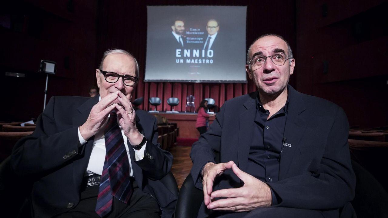 El compositor italiano Ennio Morricone, a la izquieda, junto al director de cine Giuseppe Tornatore, durante la presentación del libro «Ennio, un maestro. Conversación».