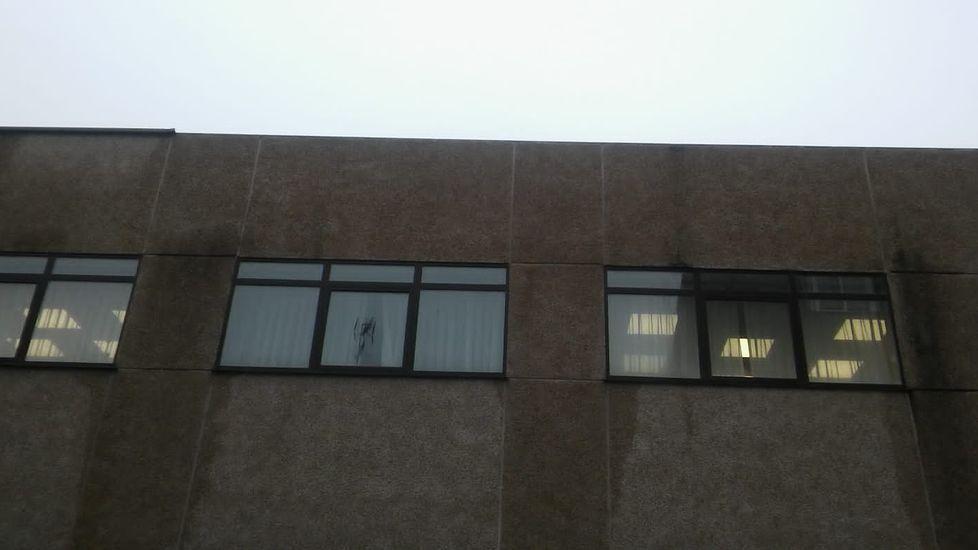 ASÍ HA CASTIGADO EL TEMPORAL A OURENSE.En Xinzo de Limia, el temporal rompió una ventana del edificio de los juzgados