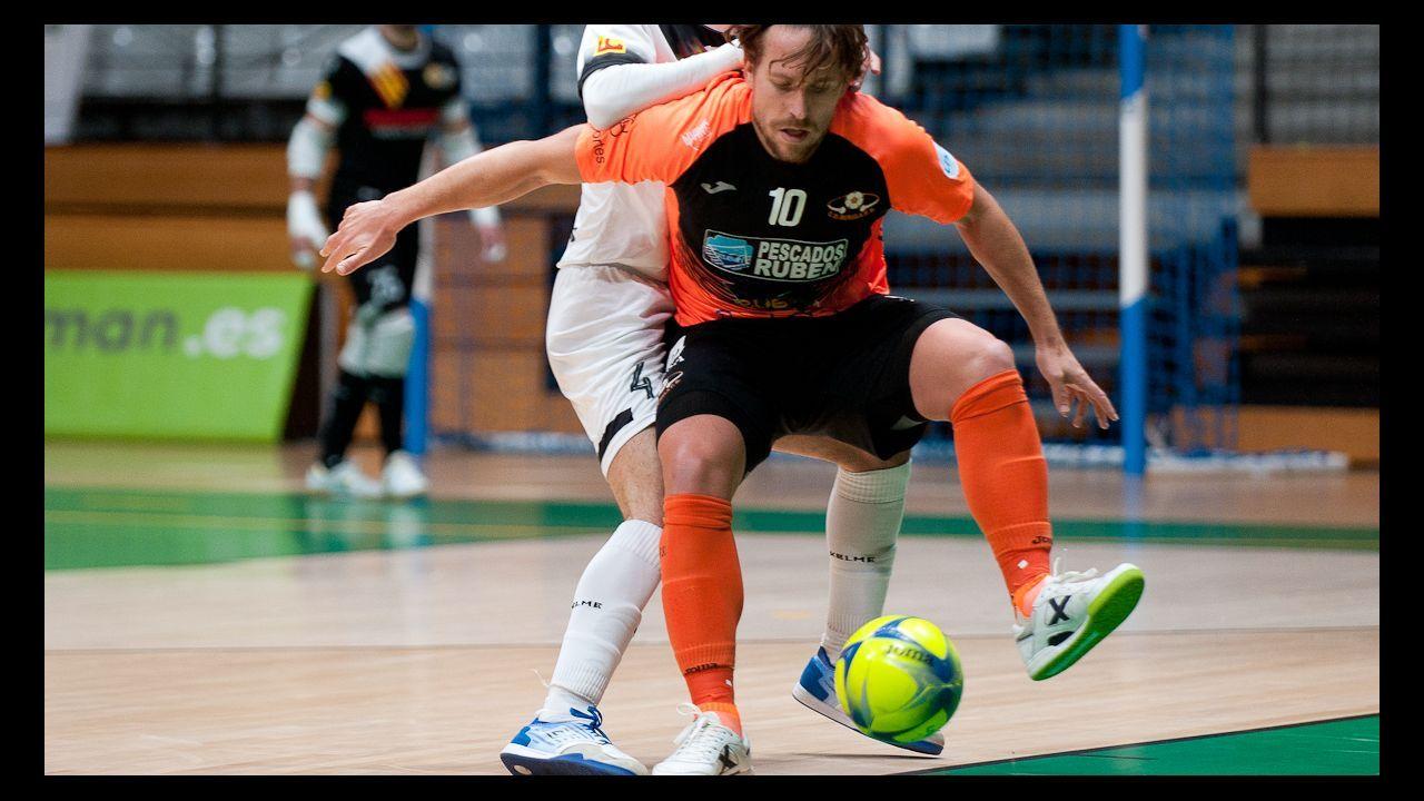 tenda.Brandon Thomas controla el balón ante Forlín durante un Real Oviedo-Osasuna