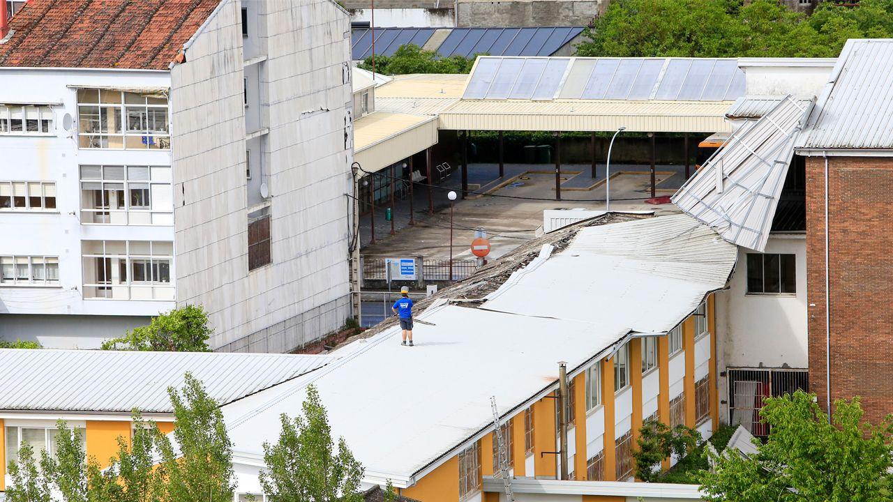 Vista de la cubierta del instituto Río Cabe, en Monforte, levantada por el viento