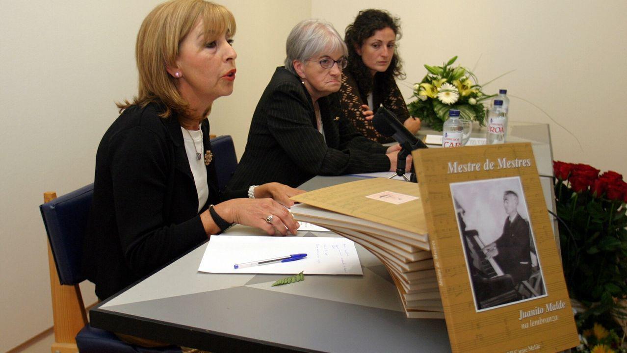 María do Carme Malde, en el centro de la foto, en el acto de presentación del libro que escribió sobre su padre
