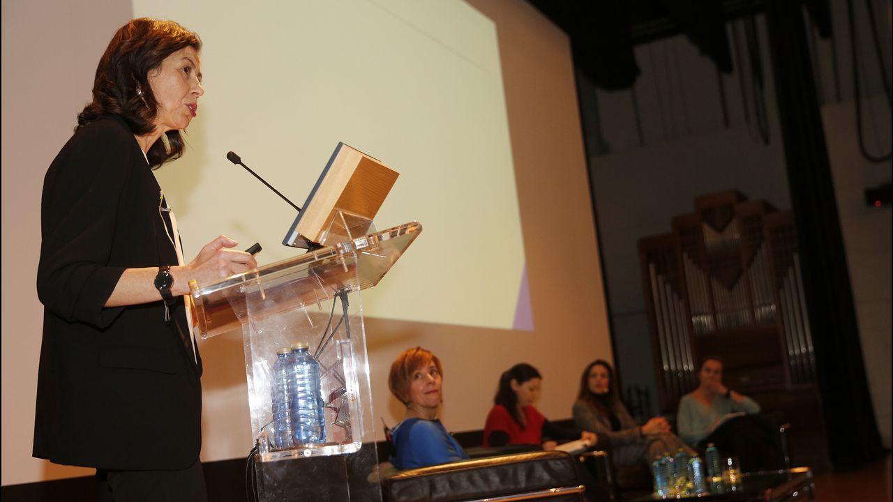 Lleno en la reapertura del pórtico de la Gloria.Ana José Varela, durante su intervención en la charla organizada en la Fundación Barrié