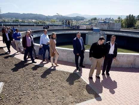 Dispositivo de búsqueda en el río Umia.Visita de autoridades a la depuradora, el pasado marzo.