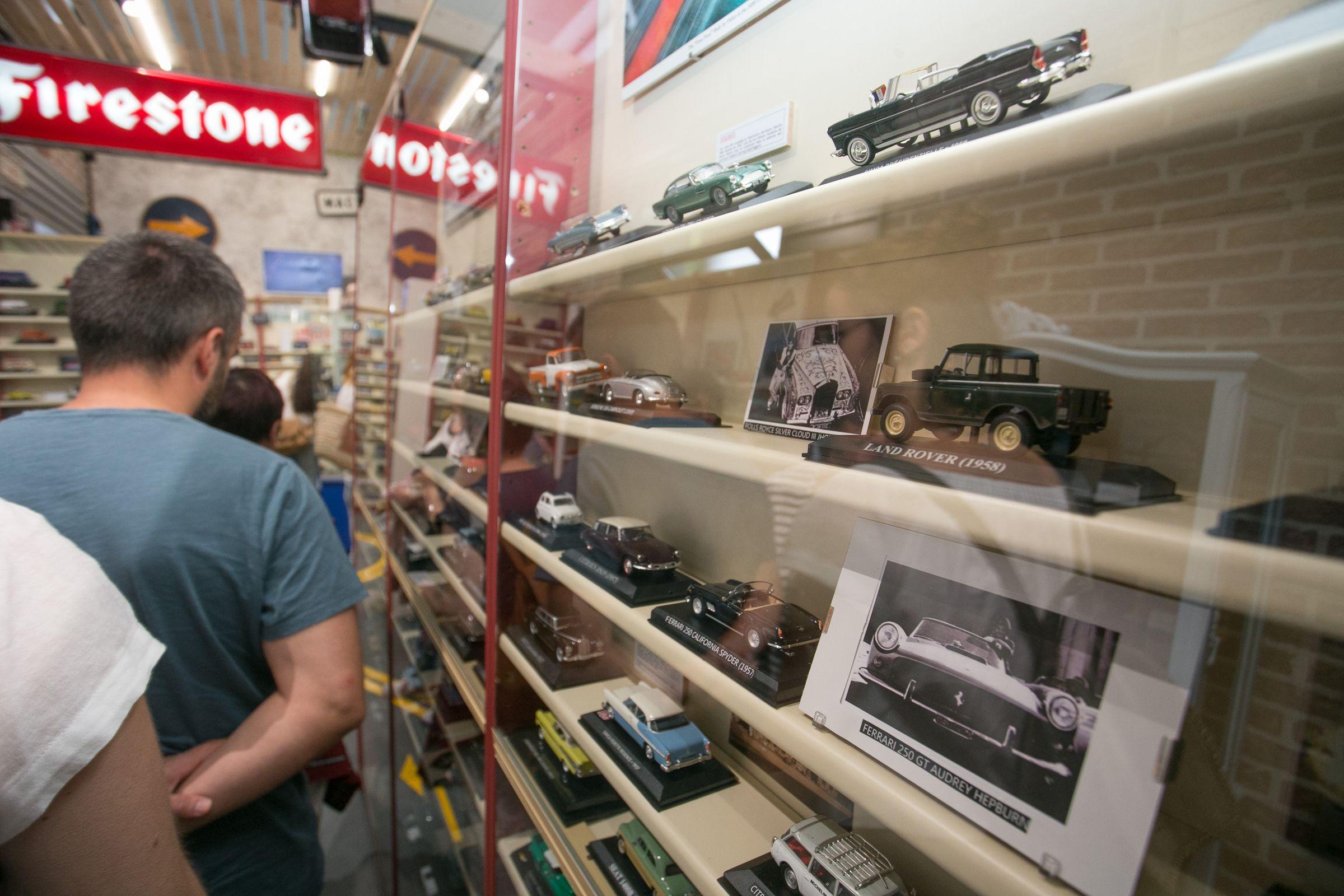 Abre en Portomarín con mil coches el Museo de la historia de la automoción en miniatura.Luis Lópes, con camiseta amarilla, con origenes en Gondomar