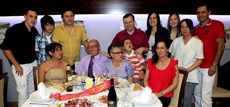 Francisco Varela y Mercedes Iglesias celebraron sus bodas de oro con sus hijos y nietos.