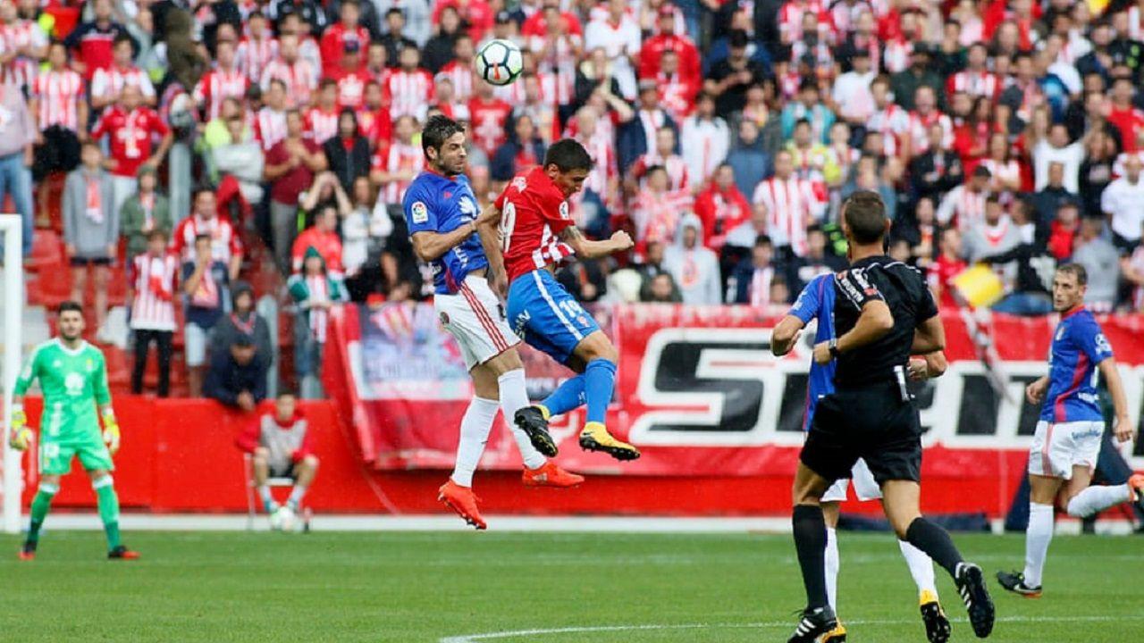 Verdés disputa un balón con Stefan en el Sporting-Oviedo