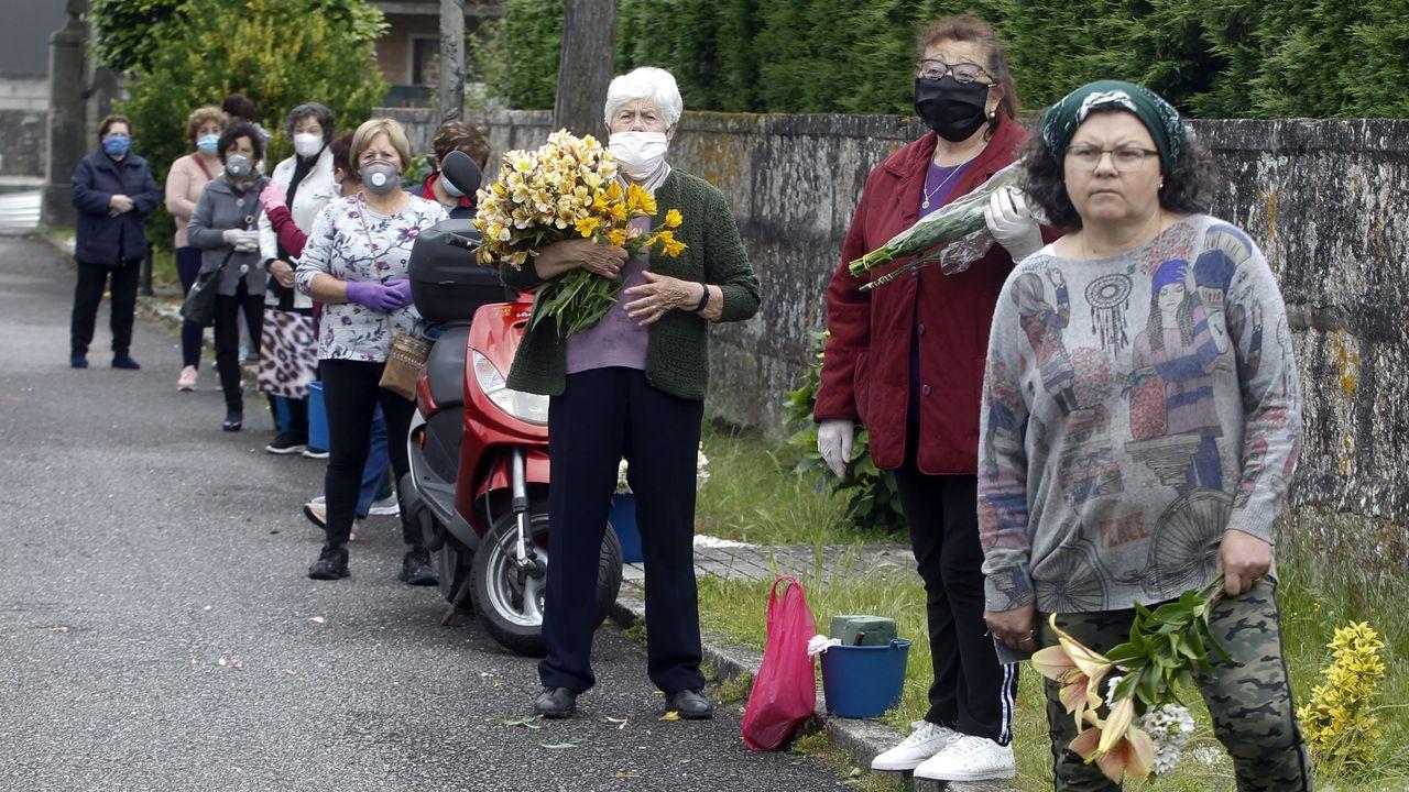 Colas para entrar en el cementerio de O Grove
