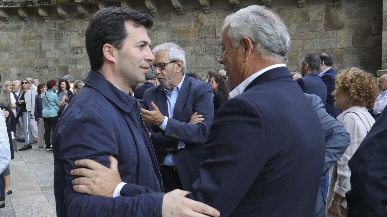 Homenaje a Iván Feijoo en el Concello de Allariz.Gonzalo Caballero y Pachi Vázquez se saludan en el funeral de Miguel Cortizo