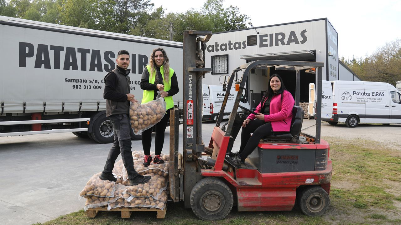 Los robots se apuntan a la vendimia en Terras Gauda.De izquierda a derecha: Adrián, Leticia (ejerce como enfermera) y Jessica Eiras