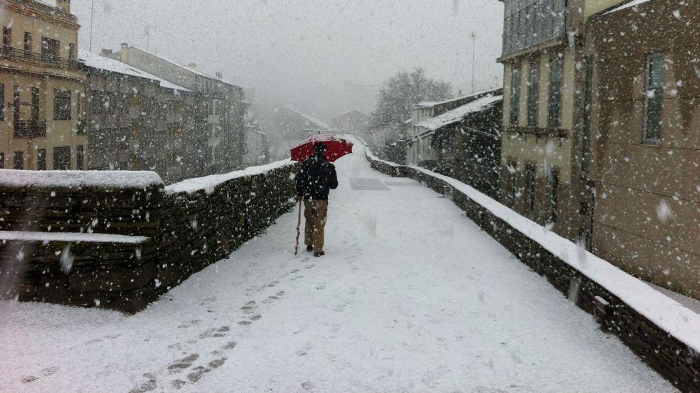 La nevada más intensa de los últimos años cubre Lugo.La autovía A-6, cubierta de nieve a la altura de la salida de O Corgo