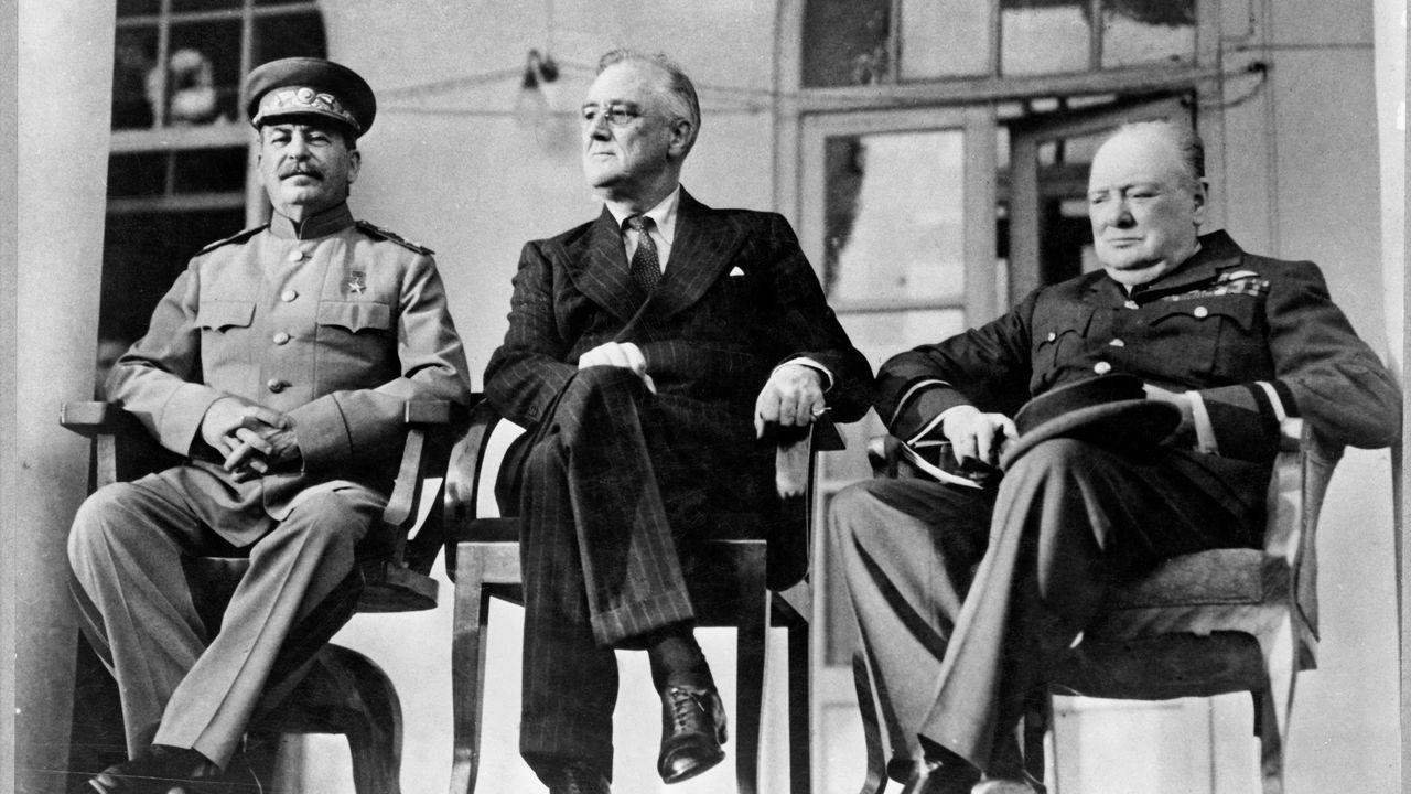 El mundo toma el pulso a la pandemia.Stalin, Roosevelt y Churchill, en Teherán (1943)
