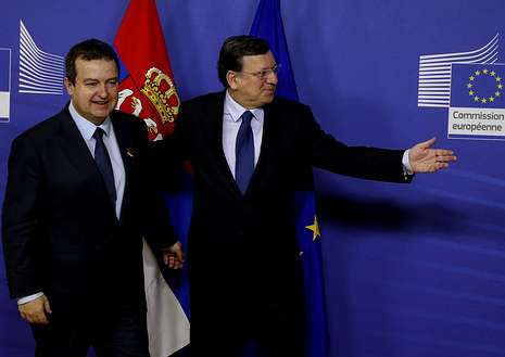 Dacic saluda a Durão Barroso antes de la conferencia.
