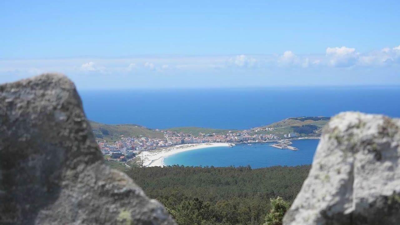 Diez propuestas de senderismo en Galicia.Sanitarios con un paciente en Madrid