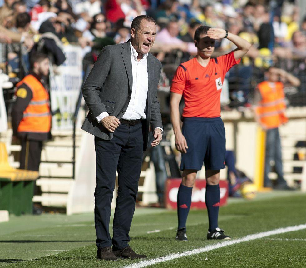Un año de Tino en el Deportivo.Víctor Fernández se dirige a sus jugadores durante el partido de ayer en Villarreal.