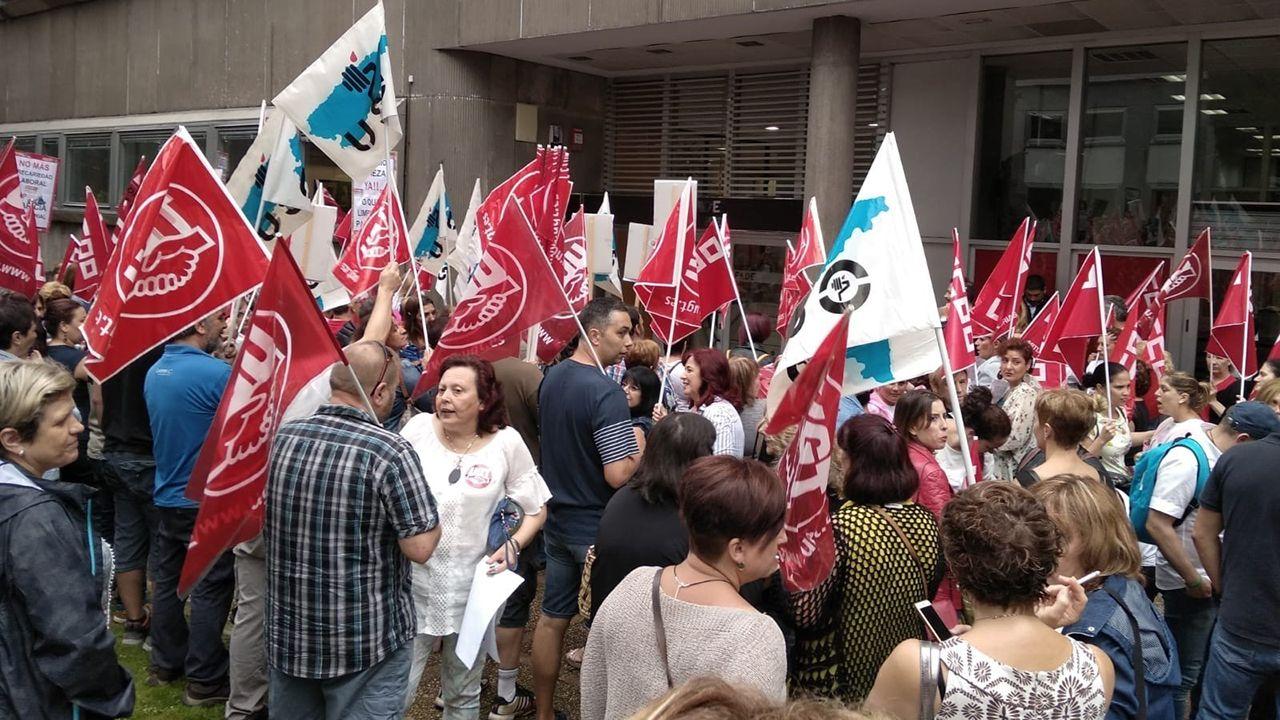 Protesta de los trabajadores de la limpieza ante la sede de FADE