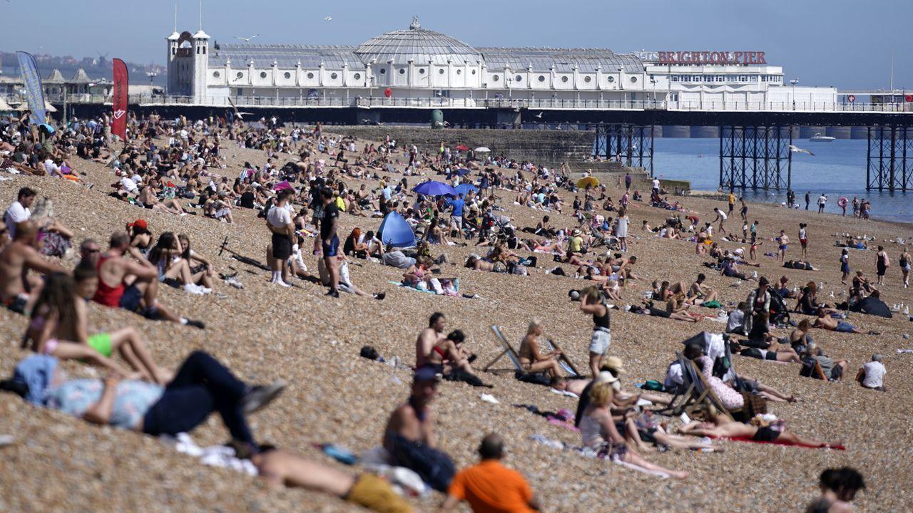 En Brighton los ciudadanos salieron este miércoles a la playa a aprovechar el buen tiempo