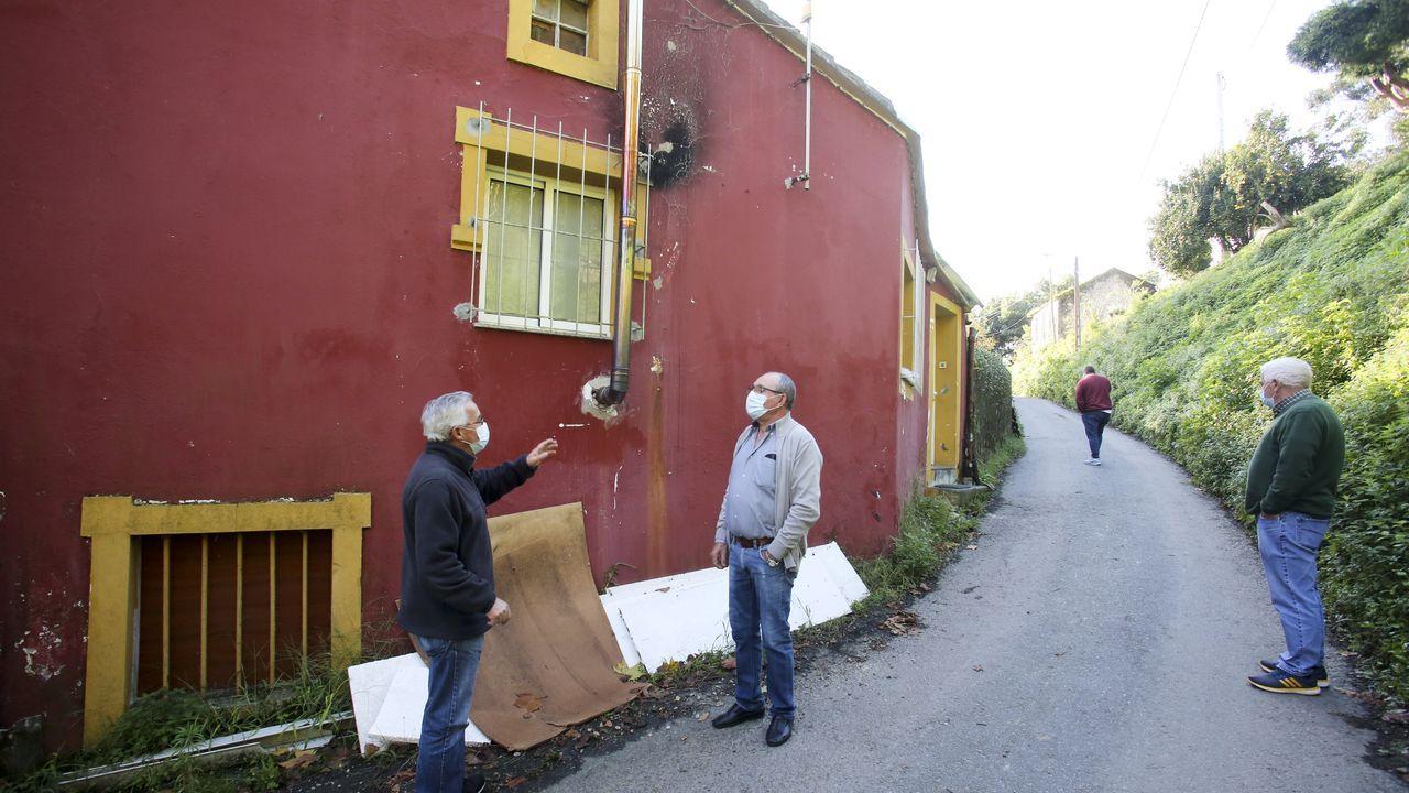 Vecinos de Serantes, al lado de la casa en la que fue asesinada Amalia Orjales Beceiro