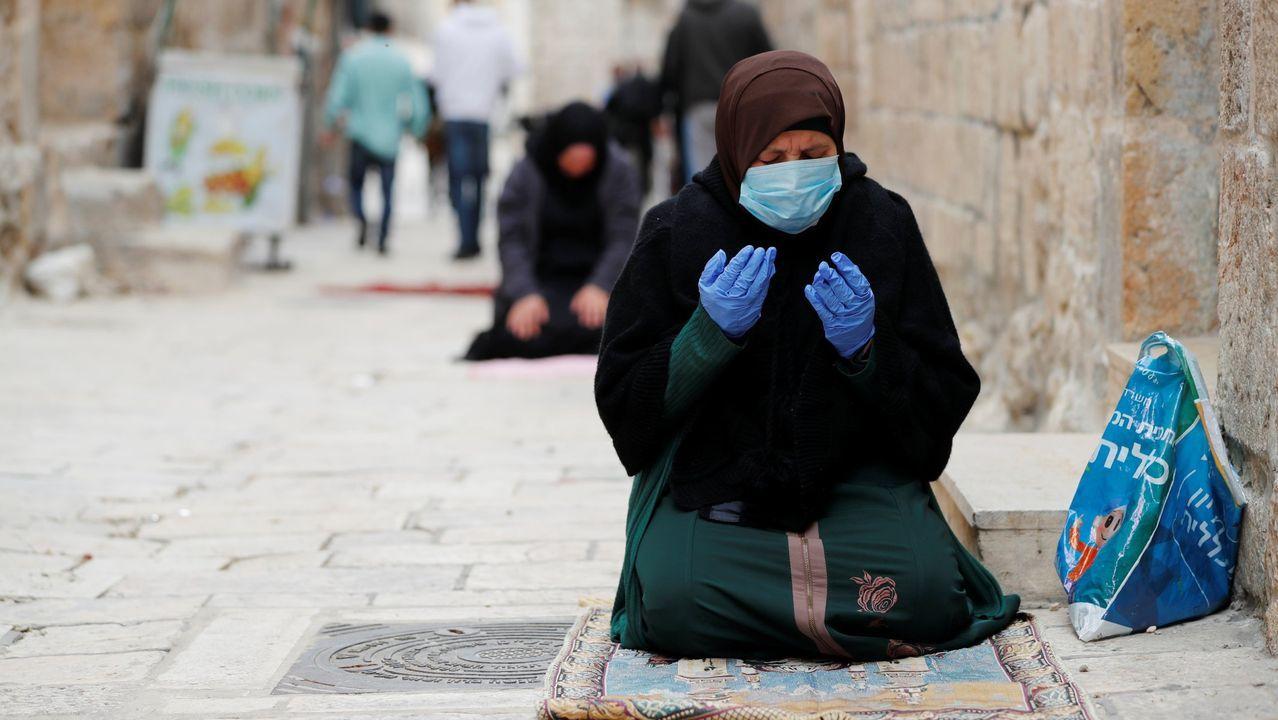 Musulmanes rezan en un callejón de la Ciudad Vieja de Jerusalén en medio de las restricciones por coronavirus