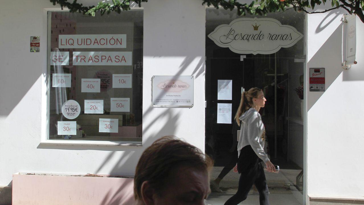 Carmen Pérez y Ramón Montero, en el piso que reformaron en la calle Real, con vistas a la plaza de Amboage
