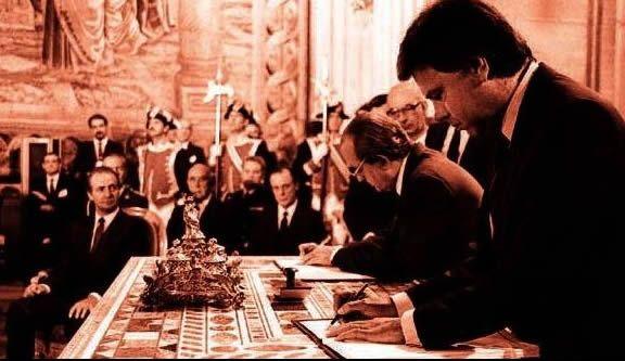 Fernando Morán junto a Felipe González durante la firma del Tratado de Adhesión de España a la CEE en 1985