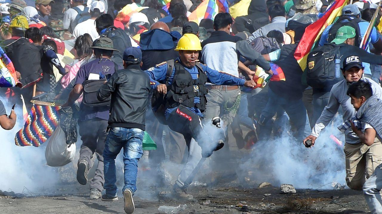 Agentes de la policía militar intentan destruir una barricada en Sacaba, en las afueras de Cochabamba
