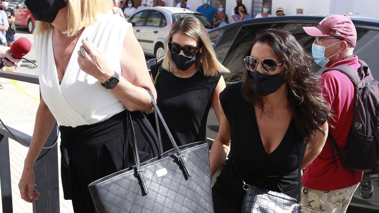 Paz Padilla y su hija Anna, a su llegada al funeral