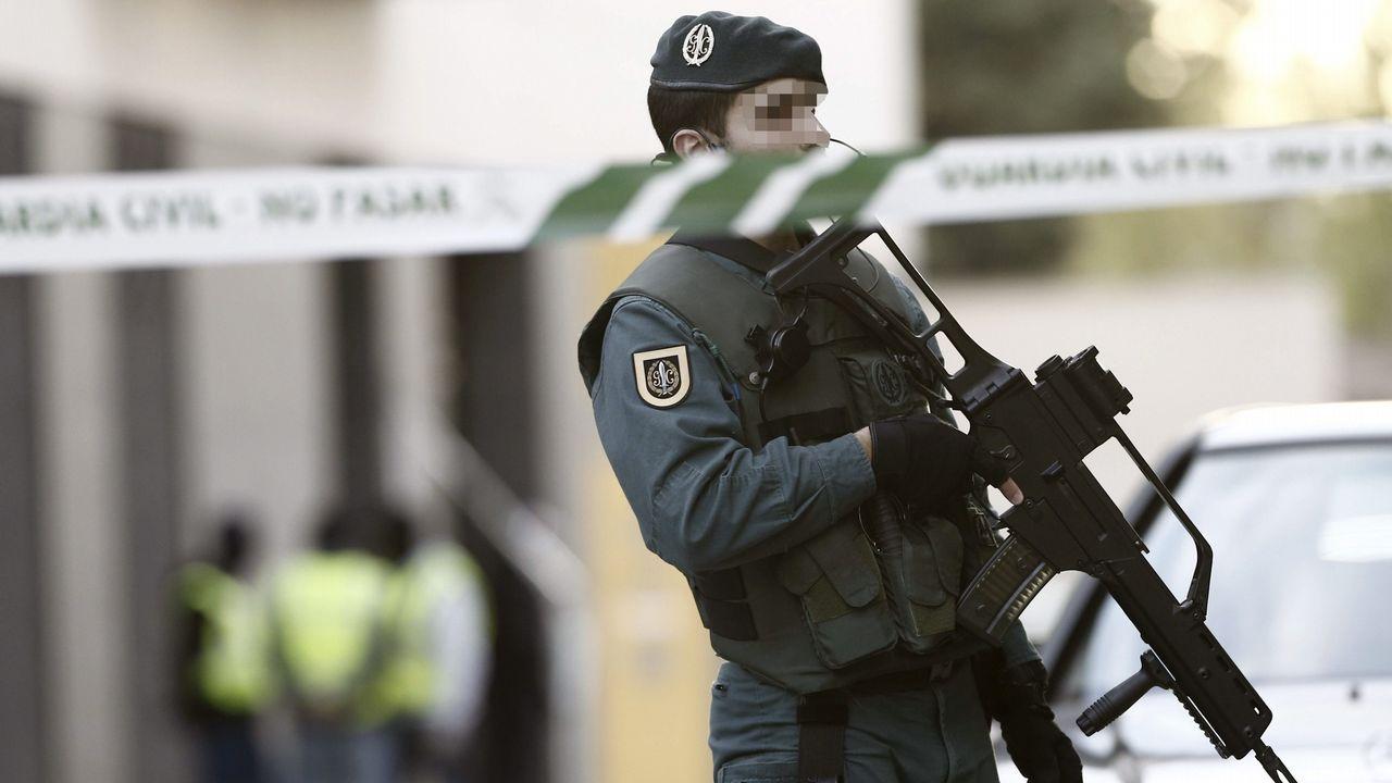 Imagen de archivo de un agente durante un registro de la Guardia Civil en Burlada en una operación antiterrorista