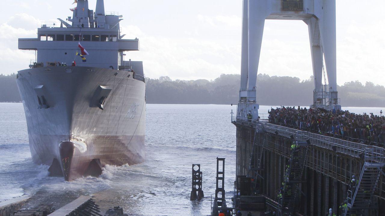 Así son las fragatas F-110 que construirán los astilleros de Ferrol.Permuy, retratado con el libro de historia de la aviación militar española en el que ha colaborado