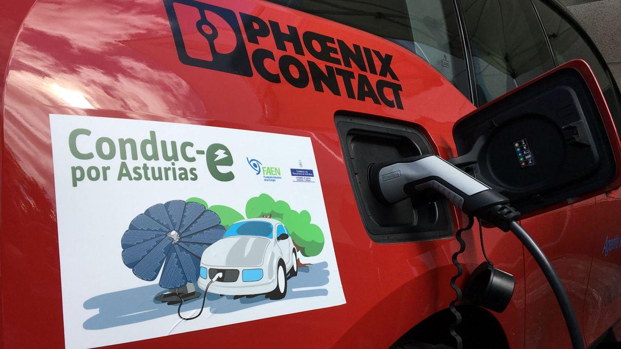 Rincones de Oviedo.Recarga de un coche eléctrico