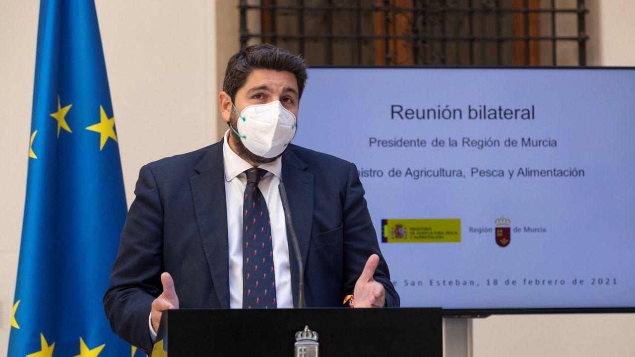 Caravana de coches de la Plataforma de Trabajadores Públicos Temporales en Fraude de Ley.El presidente de Murcia, Fernando López Miras, en una imagen del pasado febrero