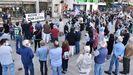 Varios cientos de personas se concentraron ayer en el Obelisco contra las nuevas tarifas eléctricas aprobadas por el Gobierno y vigentes desde el 1 de junio, por «cargar nos traballadores a responsabilidade dun sistema ineficaz e ineficiente», señalaron los convocantes.