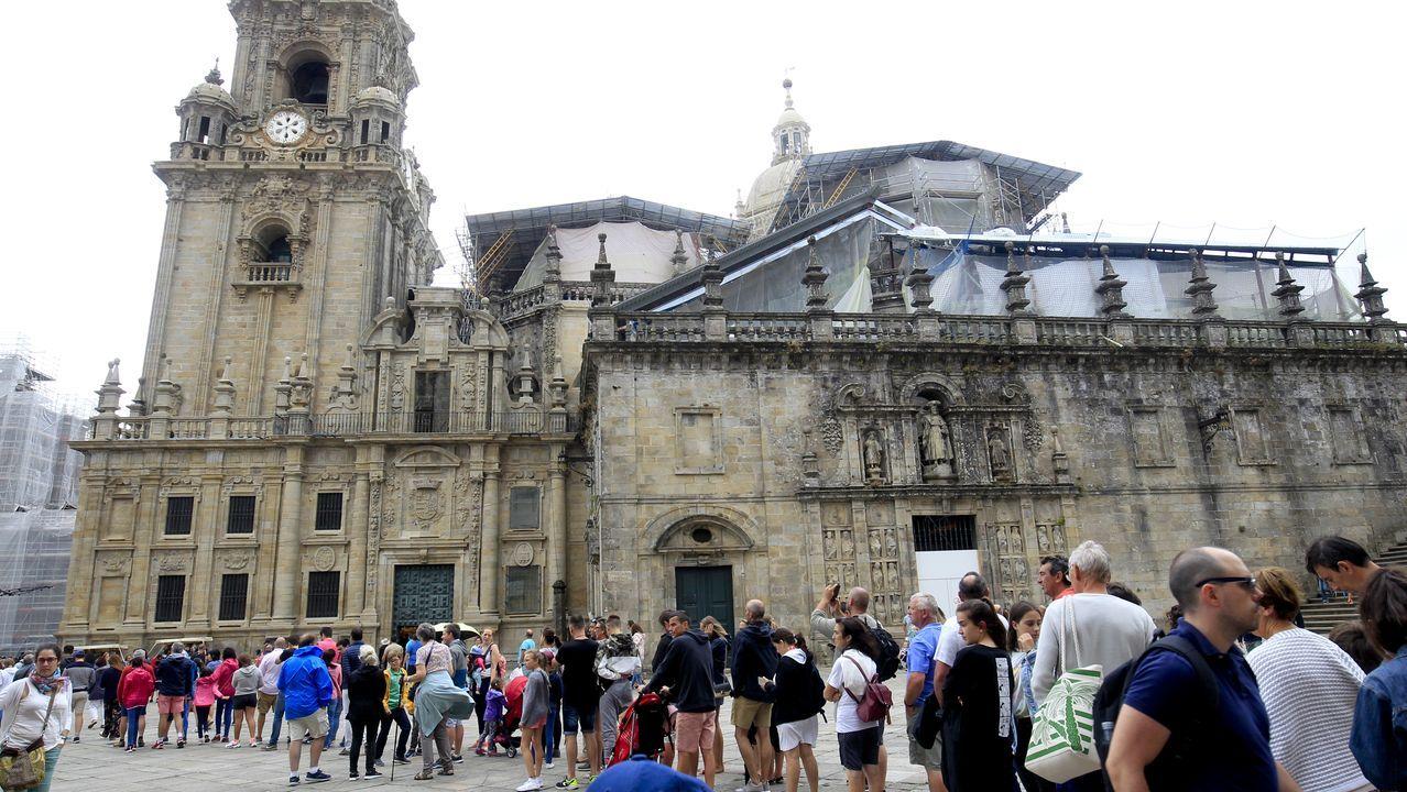 La catedral de Santiago,en pleno proceso de restauración, sigue abierta a los visitantes.Exhumación de una sepultura medieval en la última campaña arqueológica llevada a cabo en el castro de San Lourenzo, que concuyó la semana pasada