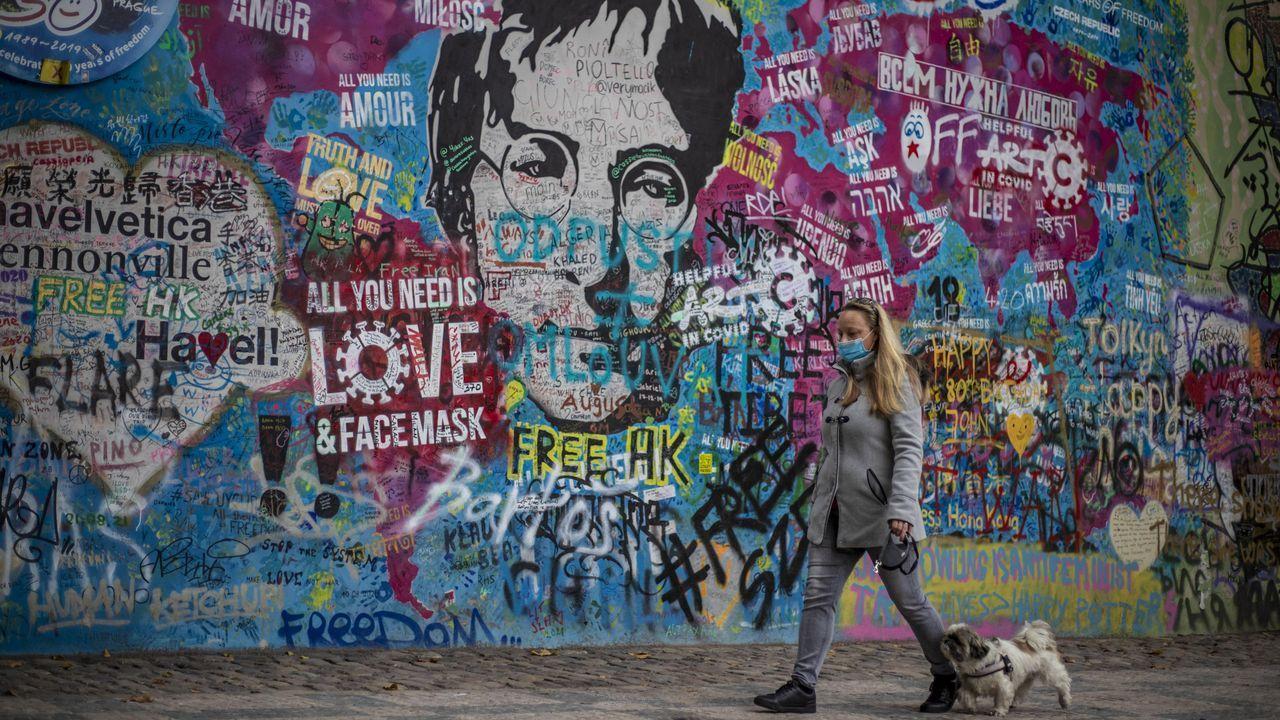 Campaña en la República Checa, el país europeo con mayor incidencia del virus, para promover el uso de las mascarillas