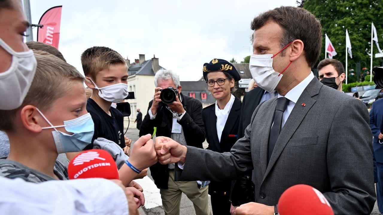 Macron con varios niños en la localidad Poix de Picardie.