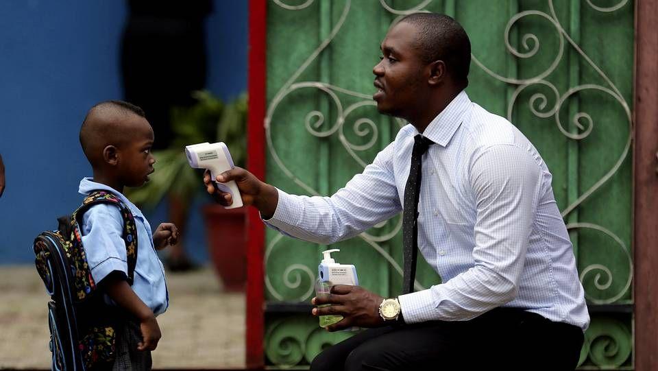 Alí tumbó a Foreman.En Nigeria toman la fiebre a diario a los escolares antes de entrar en el colegia