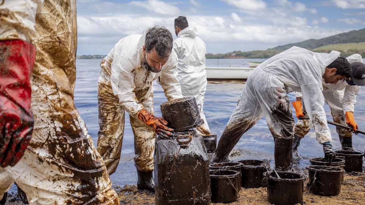 La fuga de petróleo empezó el jueves, 6 de agosto, después de que se abriera una grieta en el tanque de combustible. Más de mil toneladas de petróleo se han filtrado del carguero