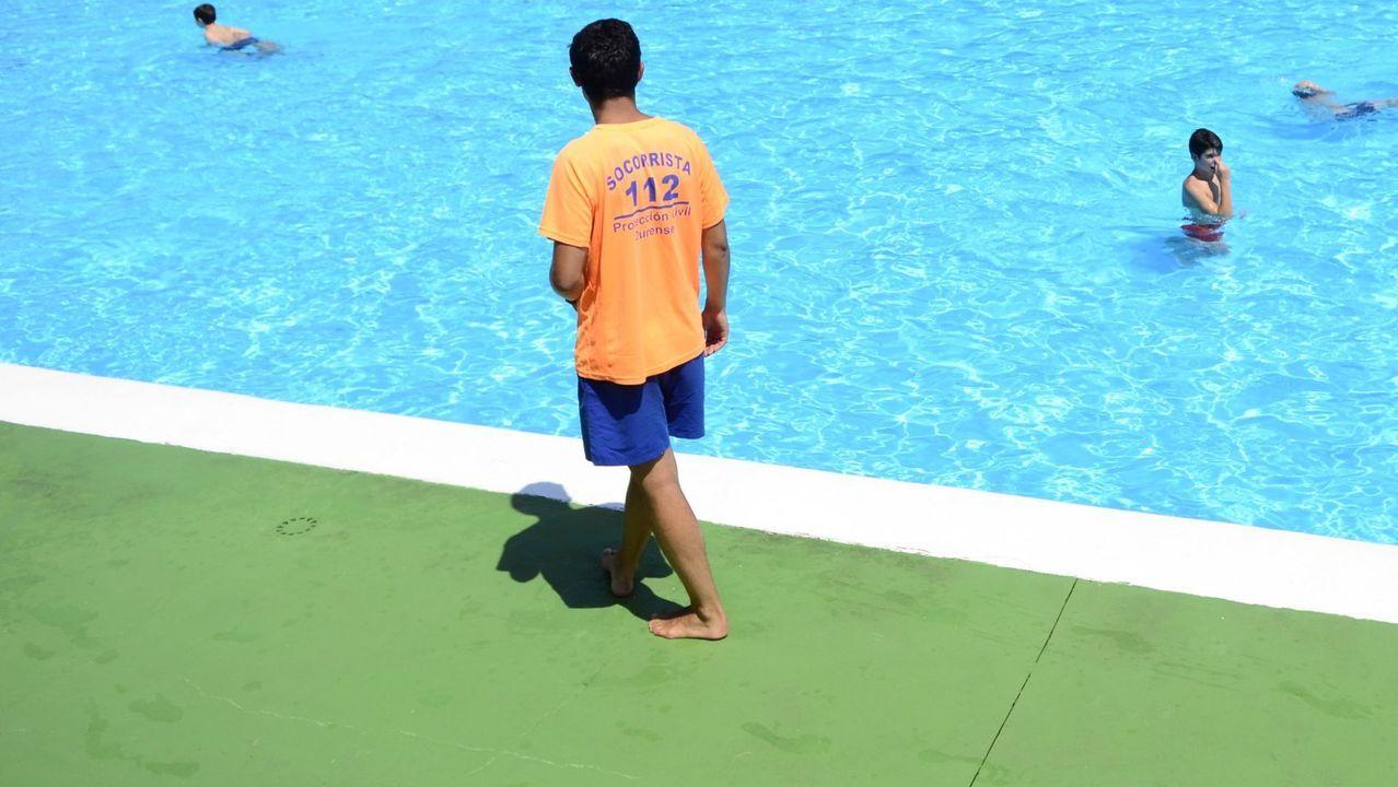 Los concellos buscan socorristas para la apertura de sus piscinas este verano