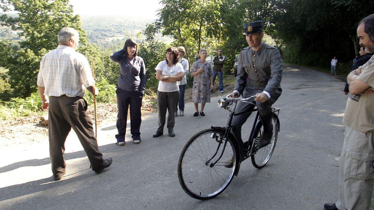 Un momento del rodaje de «Los girasoles ciegos» en la carretera entre las localidades ourensanas de Besteiro y Turzavella.