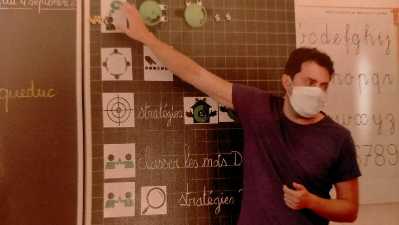 En acción. Emilio Neira, durante una de sus clases con los alumnos de primaria de Sainte-Croix aplicando el método en el que lleva años trabajando y que ha tenido una gran repercusión en el cantón de Vaud. De hecho, impartirá clases formativas a docentes para implantar Sintaxe en otros centros educativos
