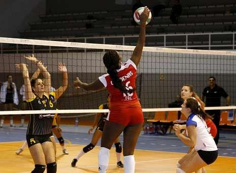 Belinda Sánchez, de espaldas, realiza un remate en el partido de ayer en A Pinguela.